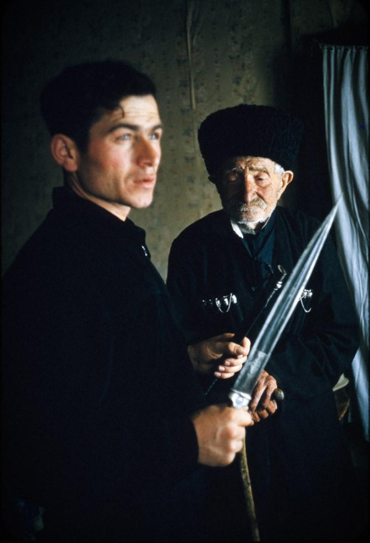 Пожилой отец и сын с кинжалом кама