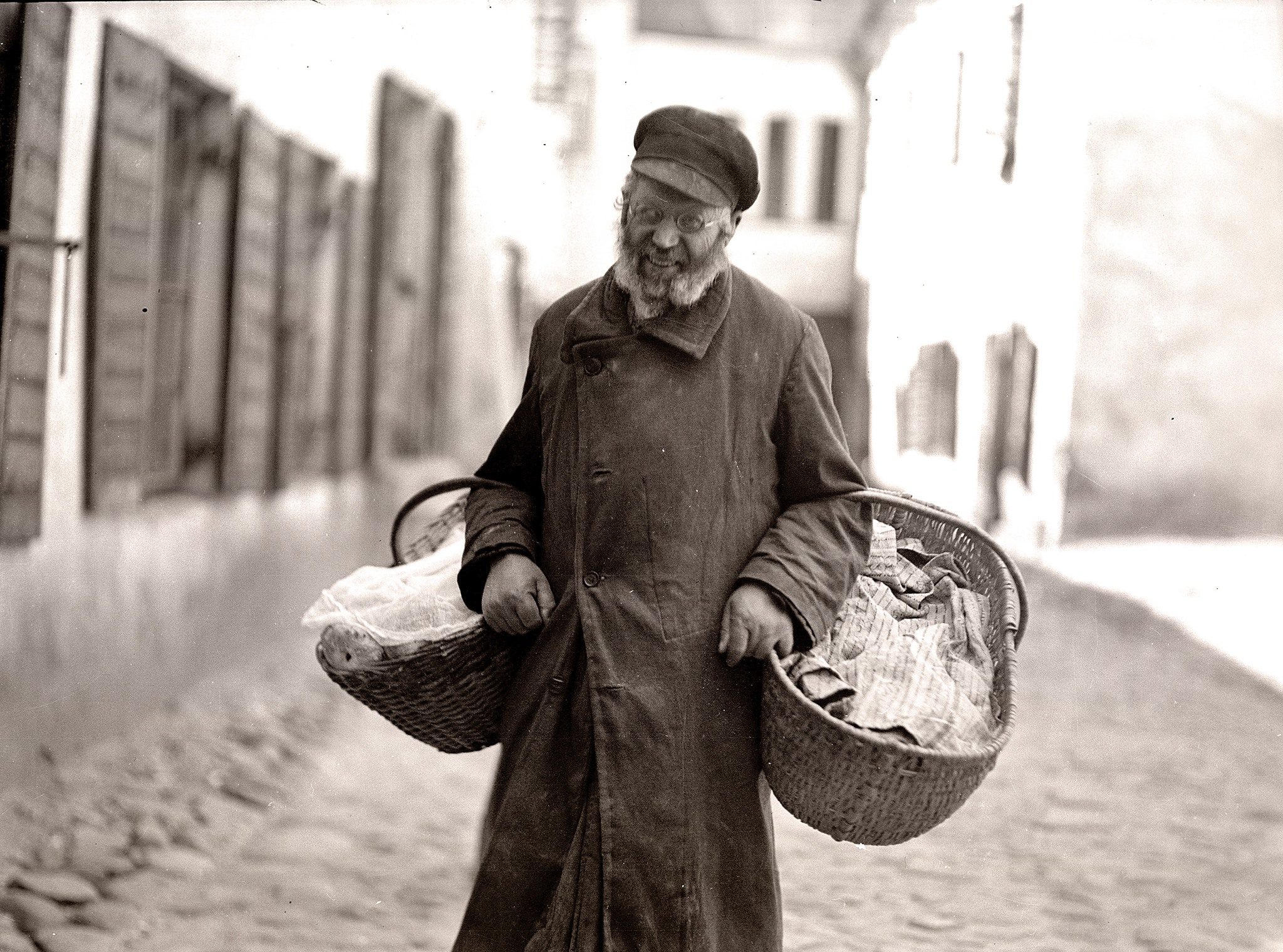 1930. Уличный торговец