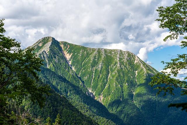 下山途中に常念岳・前常念岳を見上げる