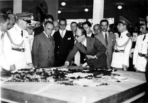 Getúlio Vargas, Gustavo Capanema e outros em visita à Exposição Nacional do Estado Novo