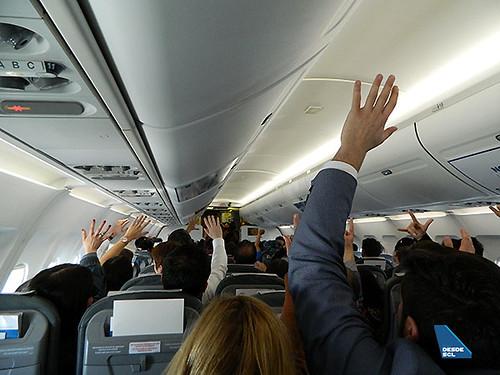 SKY pasajeros avión manos alzadas (Felipe Muñoz)