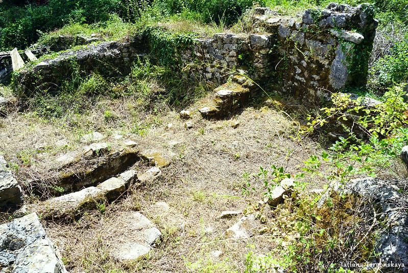 Руины церкви в Росе