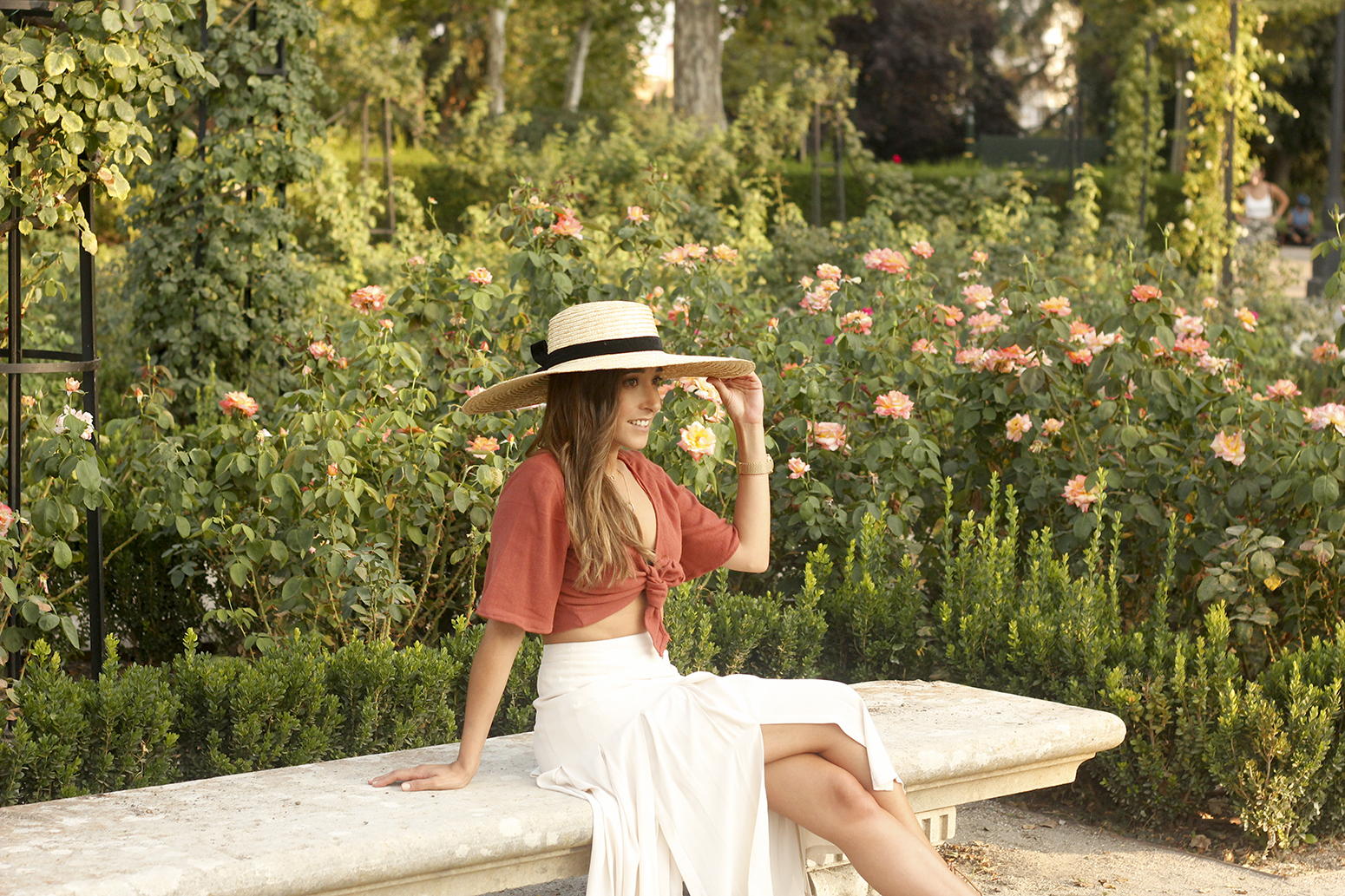 terracotta top white midi skirt straw hat flat sandals street style 201814