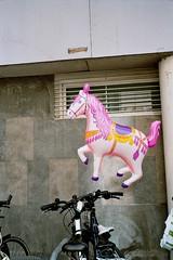 caballo rosa aparcado