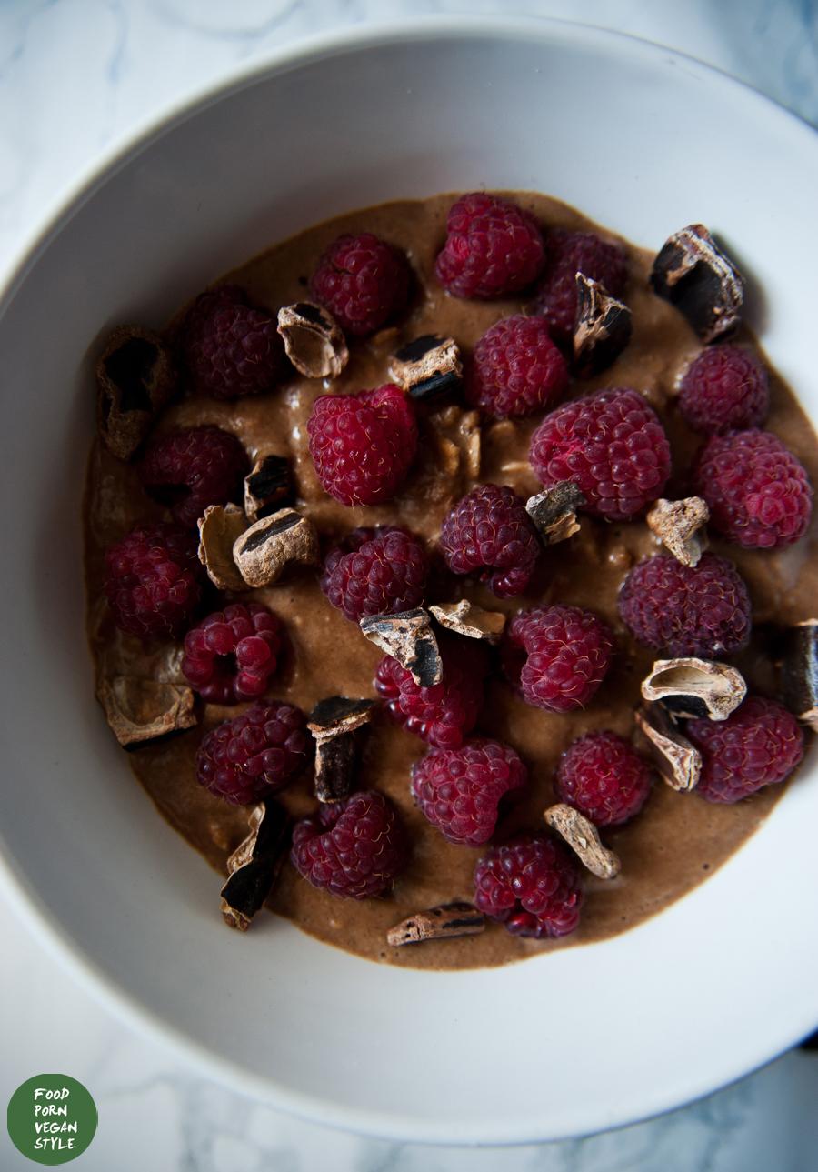 Carob oatmeal with raspberries / Karobowa owsianka z malinami