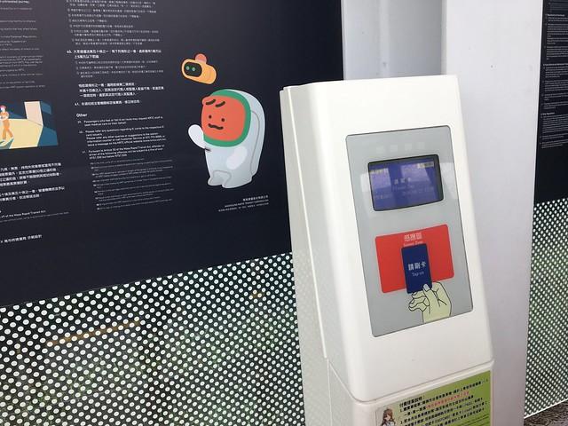 高雄輕軌的月台與車上都可以刷卡,只要刷其中一邊就好,兩邊都刷會重複扣款