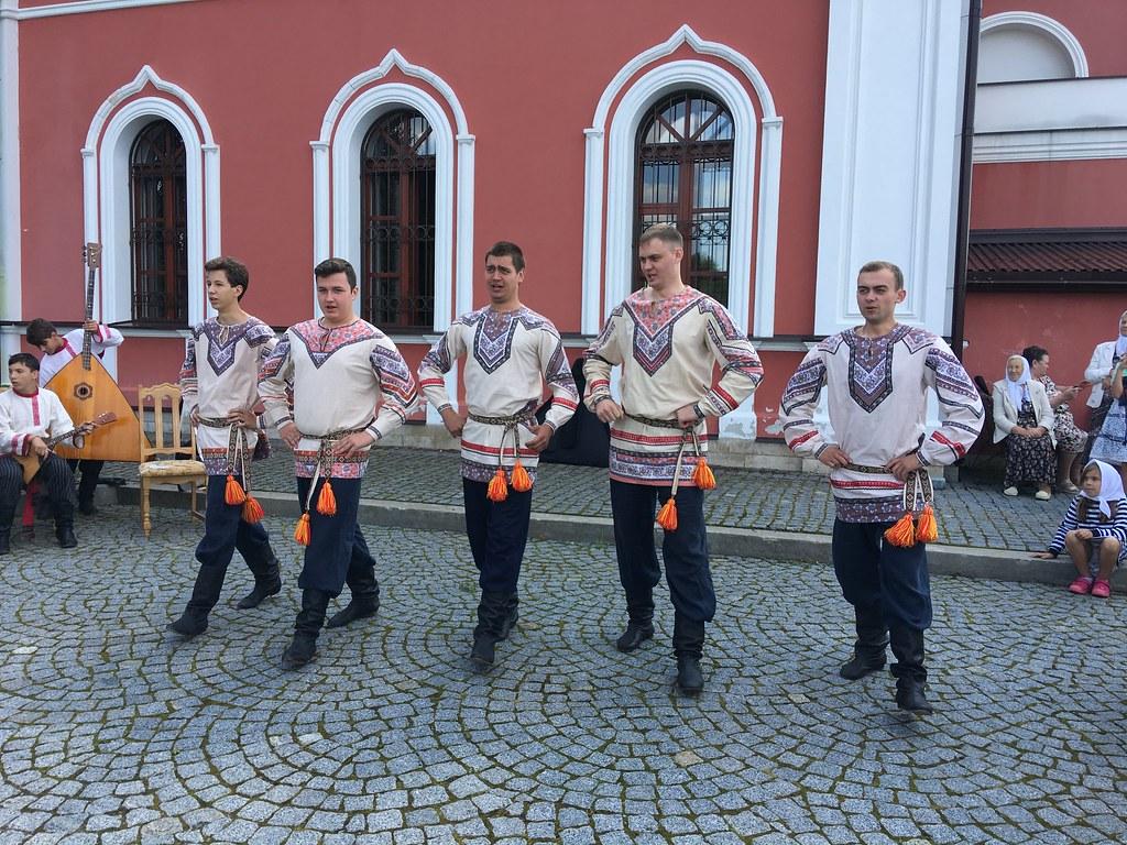 На приходе храма Архангела Михаила в Белоусове прошел концерт фольклорных коллективов