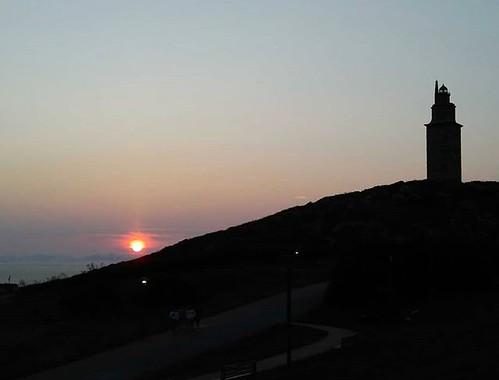 Momentos de belleza en medio de la tempestad del día a día. #sinfiltros #nofilter #sunset #coruña #torredehercules #phonephoto #cellphotography #sun #galifornia #august