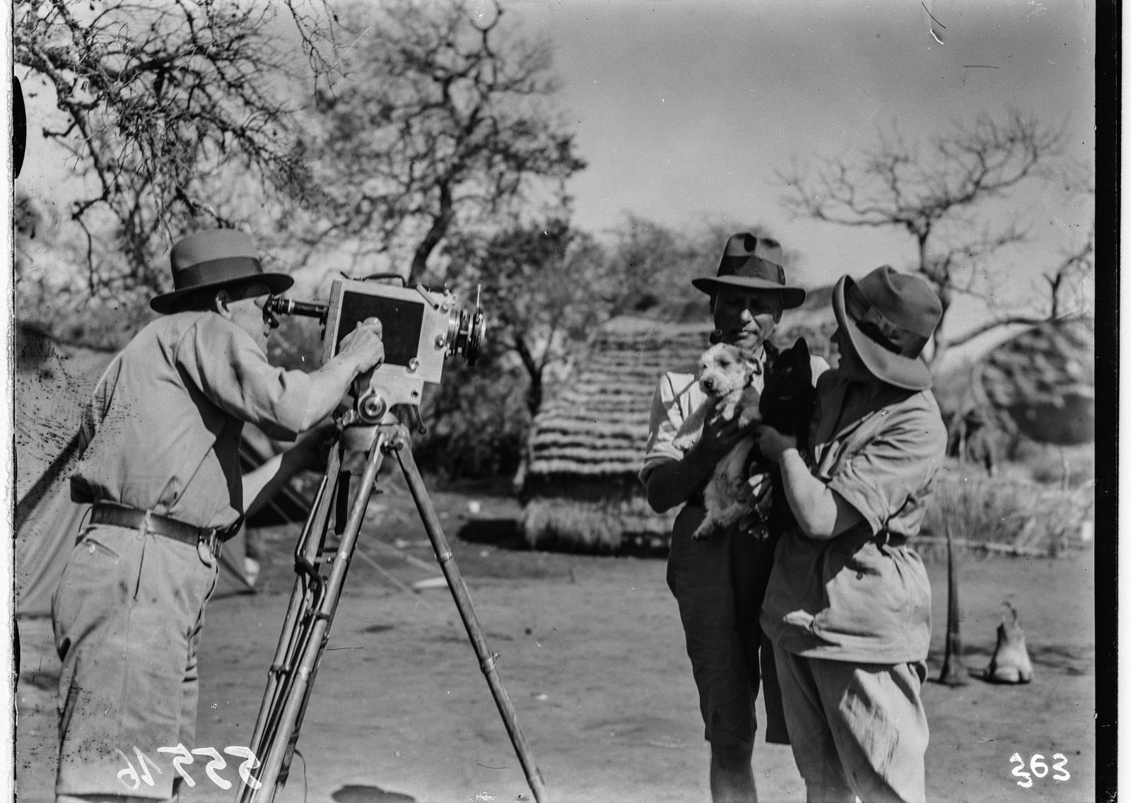 Южно-Африканский Союз. В окрестностях Претории. Пол Либеренц снимает Ханса Шомбургка и женщину, держащими собаку и кошку