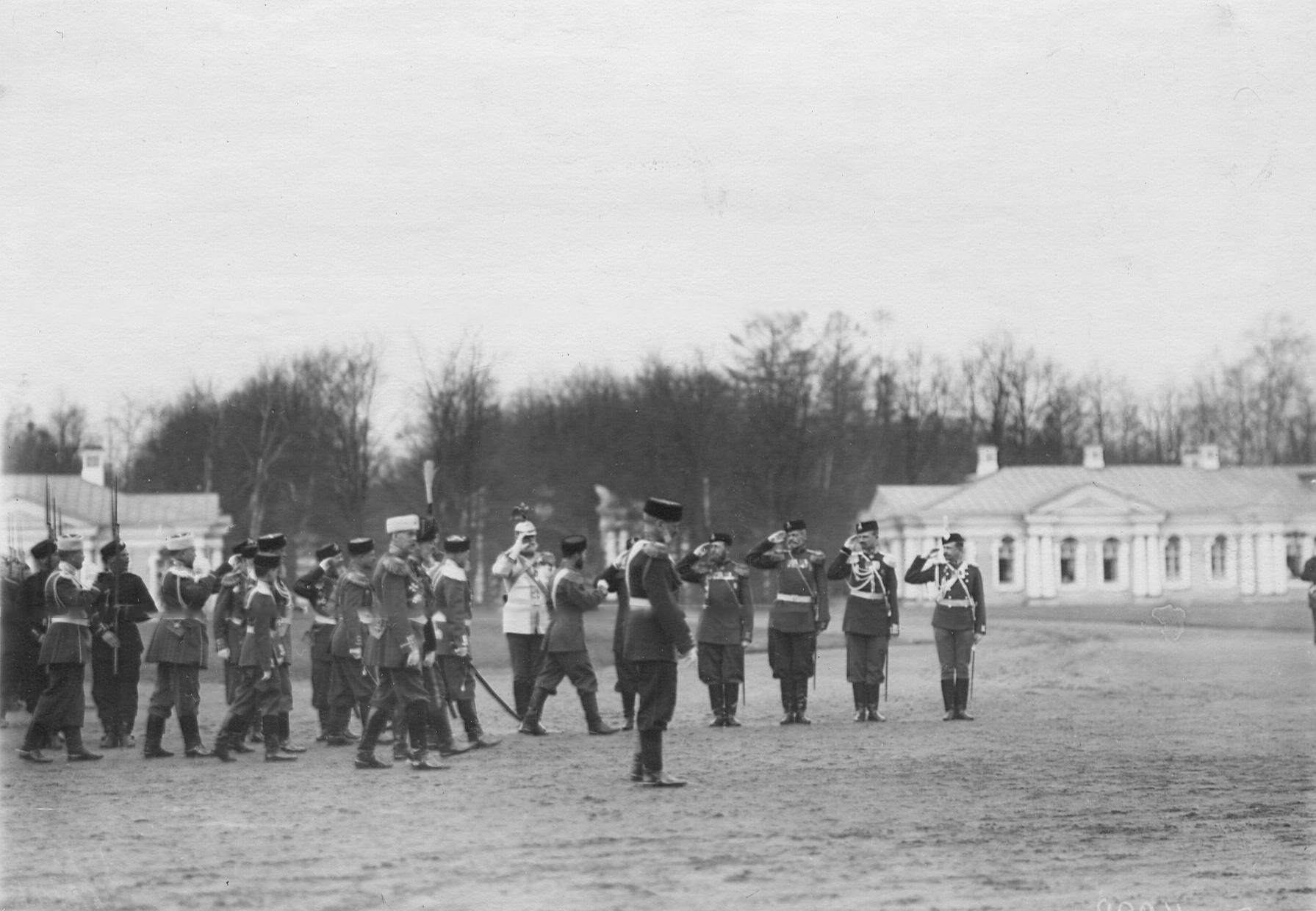Император Николай II приветствует генералов и офицеров ранее служивших во 2-ом Царскосельском стрелковом батальоне.