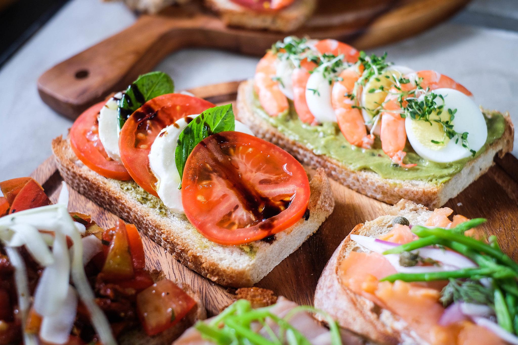 三明治-番茄布鲁切塔和鳄梨