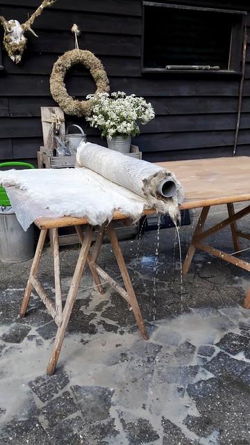 Wol vilten op houten tafel