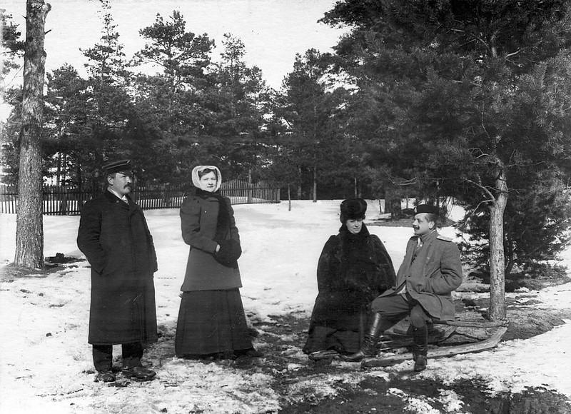 Командир лейб-гвардии 2-го Стрелкового Царскосельского батальона (справа), проходящий учение при бригаде, с группой.