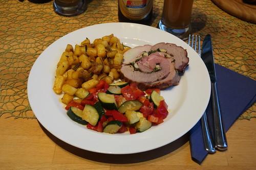 Lammrollbraten (mein 1. Stück) mit Rosmarinbratkartoffeln und Zuchini-Paprika-Gemüse