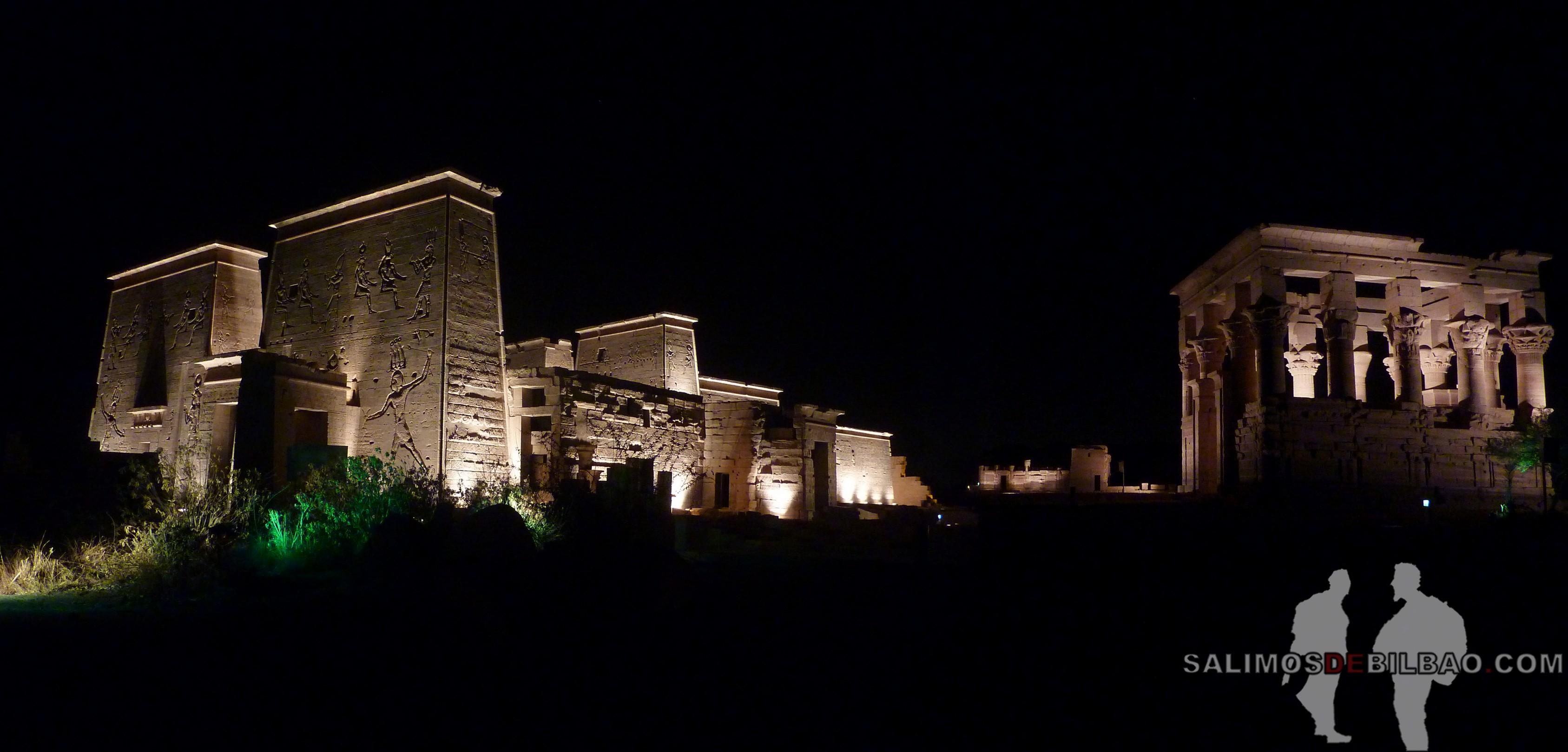 0543. Templo de Philae iluminado, Aswan