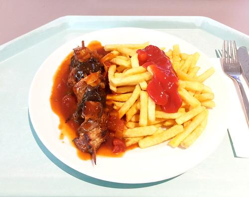 Shish kebap with bell pepper sauce & french fries / Schaschlikspieß mit Zigeunersauce & Pommes Frites
