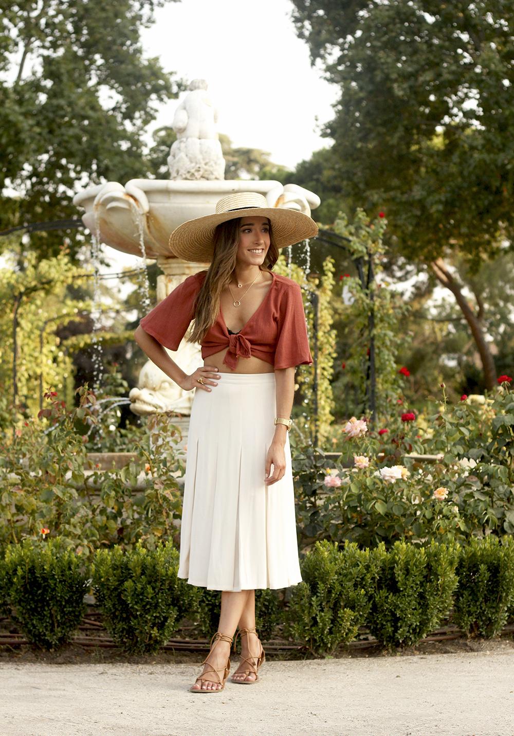 terracotta top white midi skirt straw hat flat sandals street style 201801