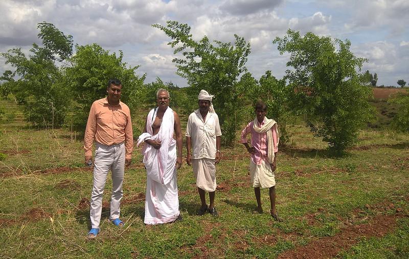 माता नु वन में महेश शर्मा के साथ ग्रामीण