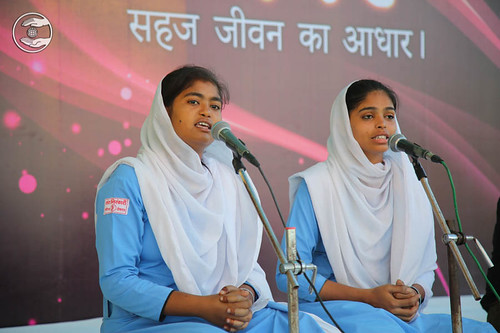 Devotional song by Prapti and Saathi from Meerut