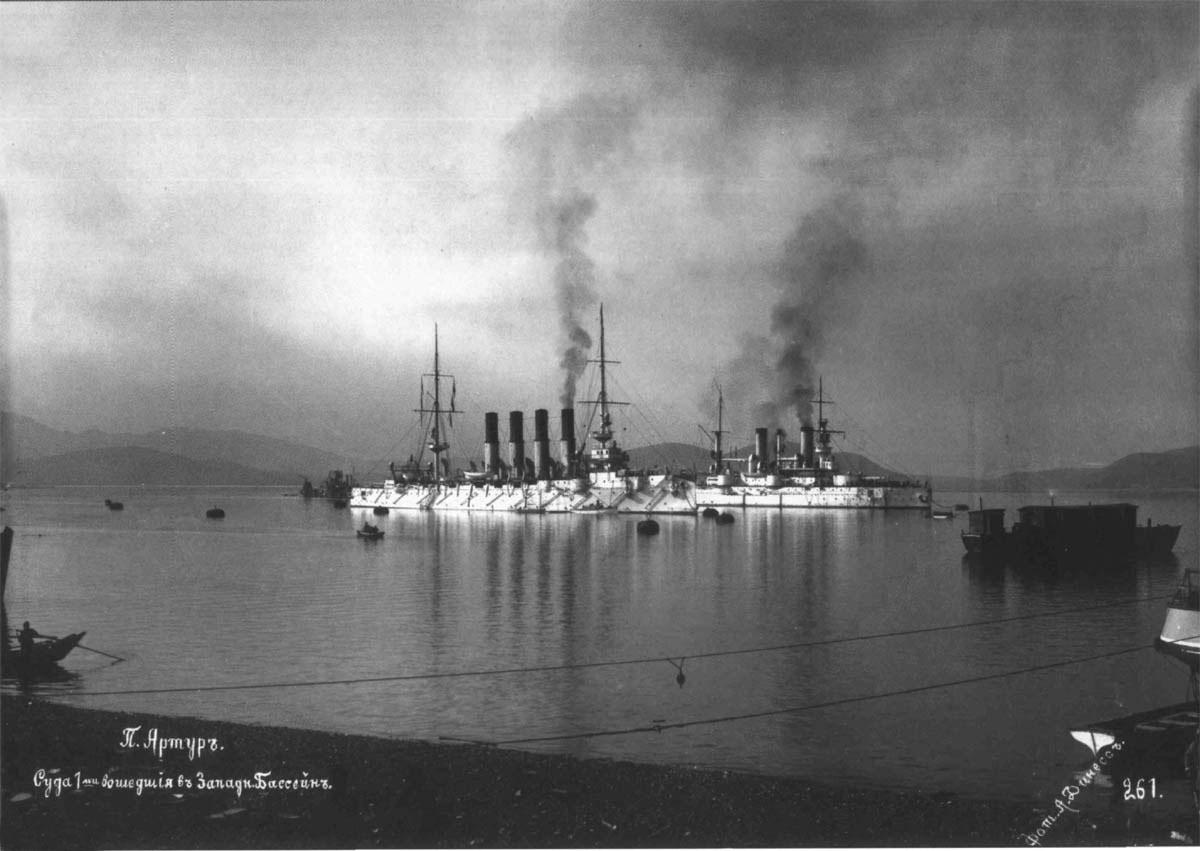 Крейсер «Варяг» и броненосец «Полтава» в западном бассейне Порт-Артура