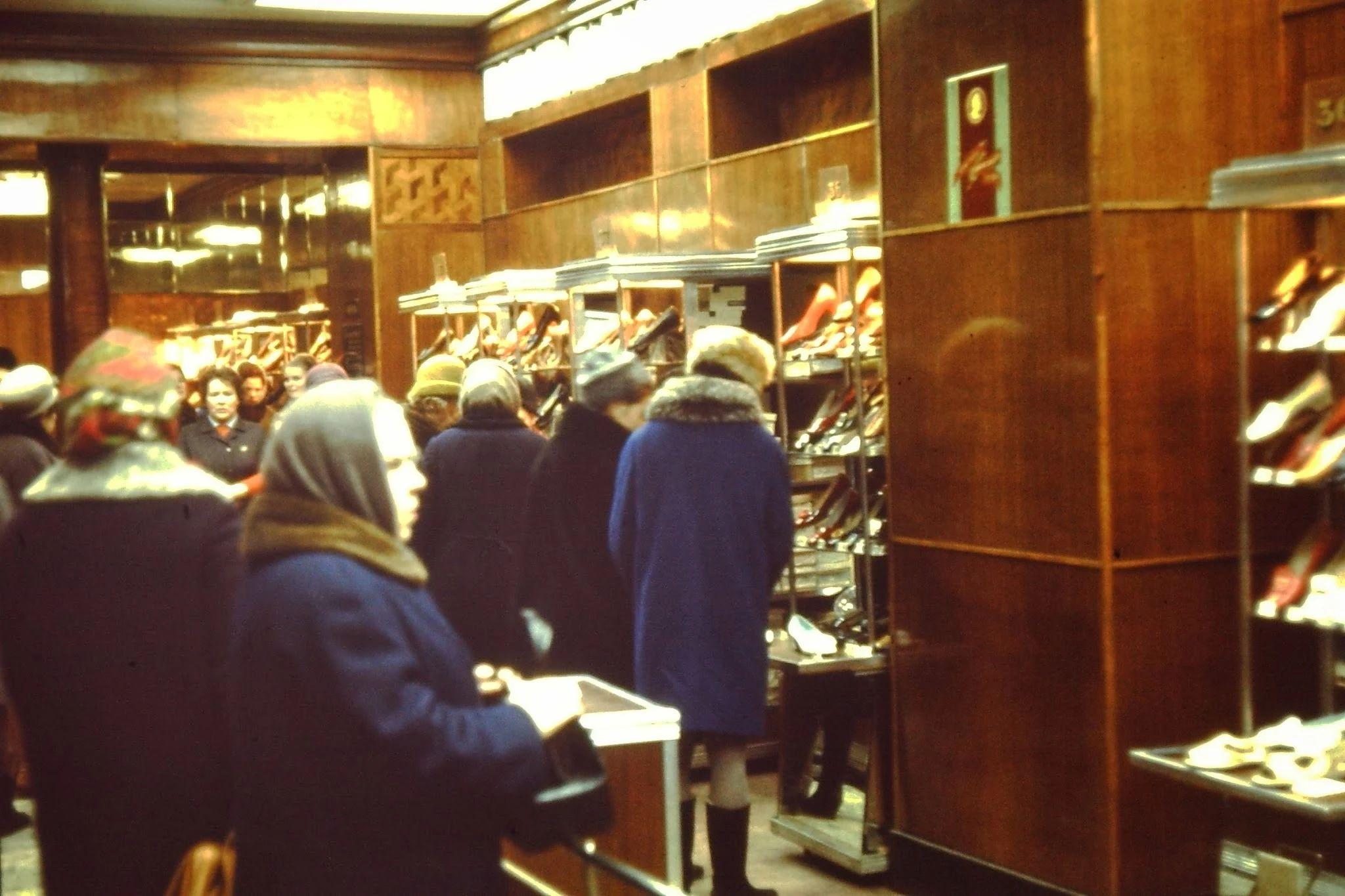Лишь ограниченное количество людей может выбирать обувь. Остальные ждут за загородкой. Злобный босс собирается запретить мне фотографировать