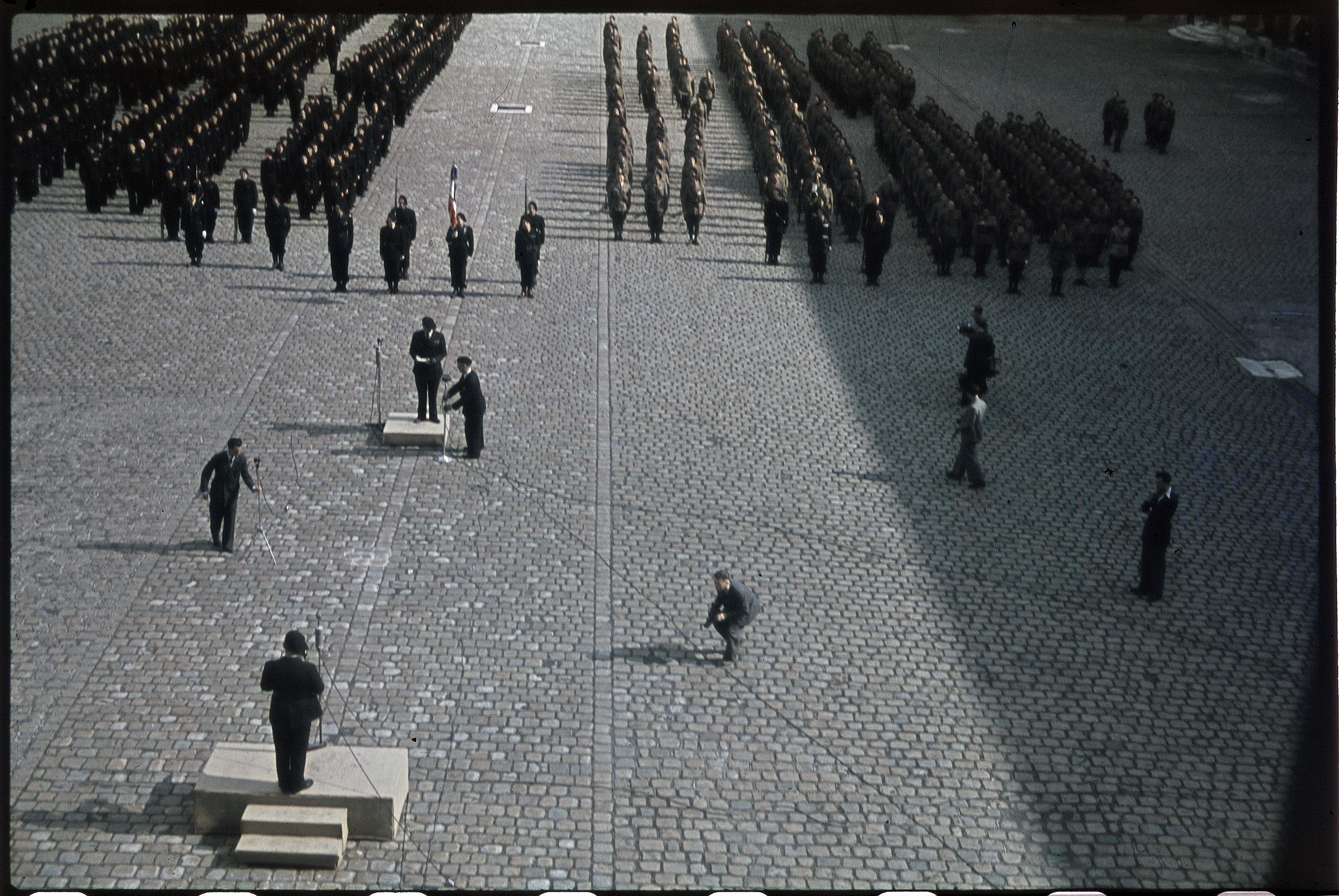 Французские милиционеры произносят клятву верности Эме-Жозефу Дарнану во дворе Дома Инвалидов