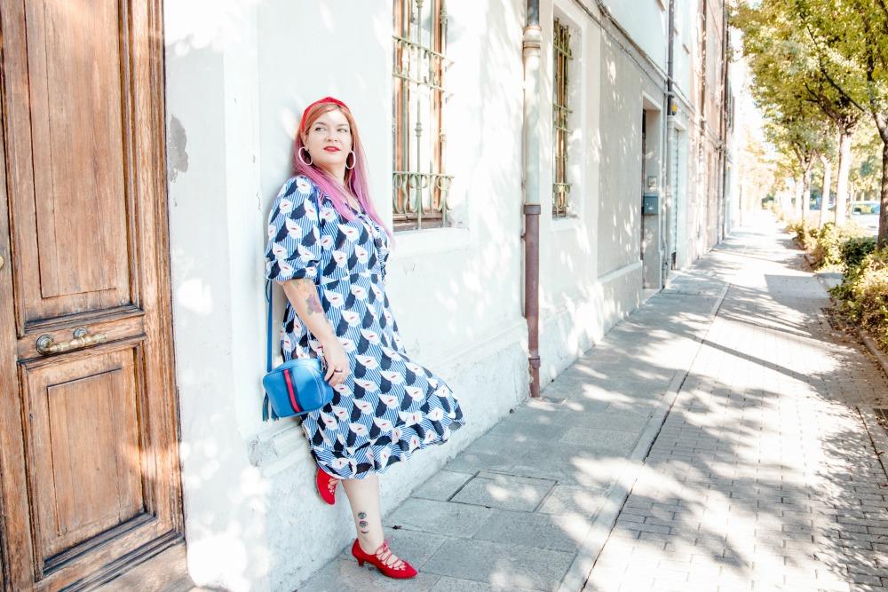 Outfit plus size, abito a portafoglio e dettagli rossi (7)