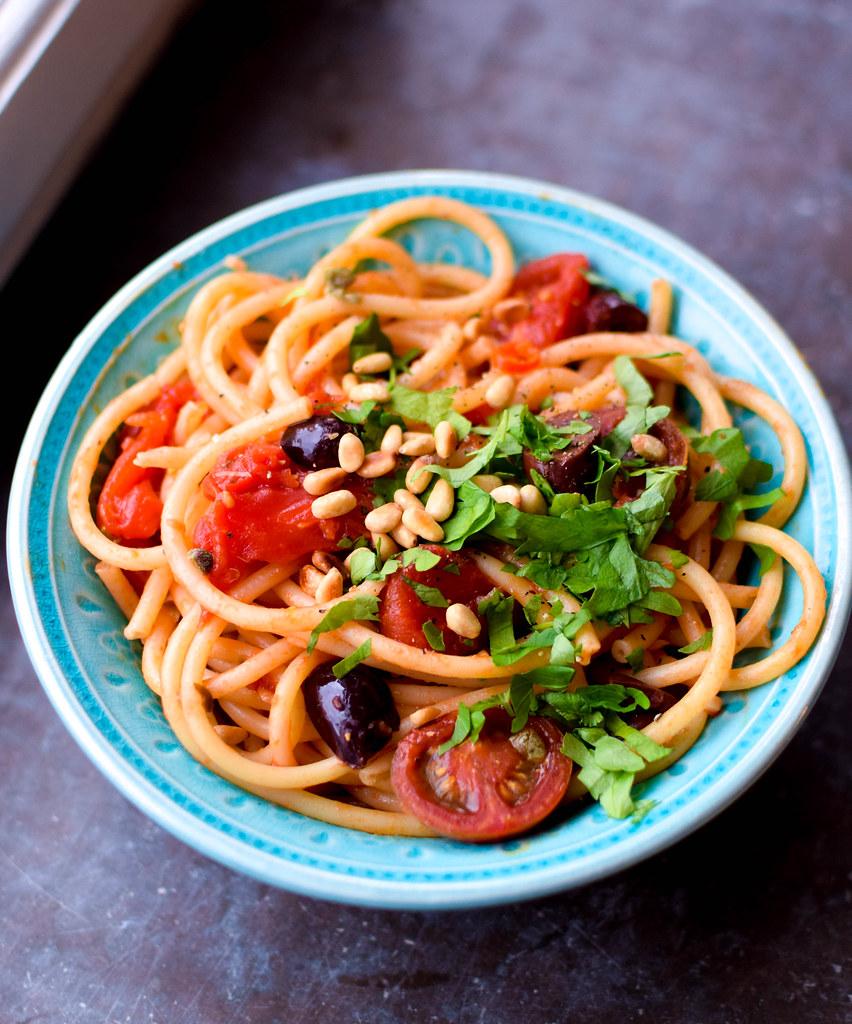 Vegansk spaghetti puttanesca stående