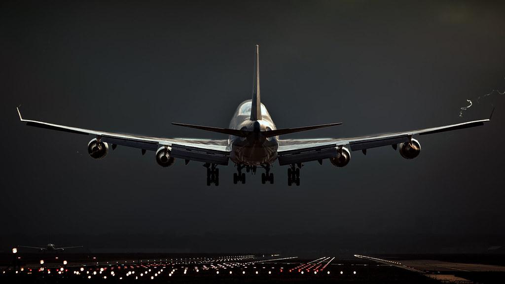 Landing lights | KLM Boeing 747-400 landing at 06 at Amsterd… | Flickr