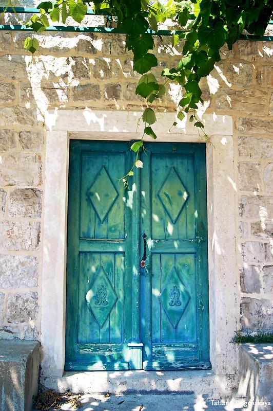 Деревянная дверь старого дома