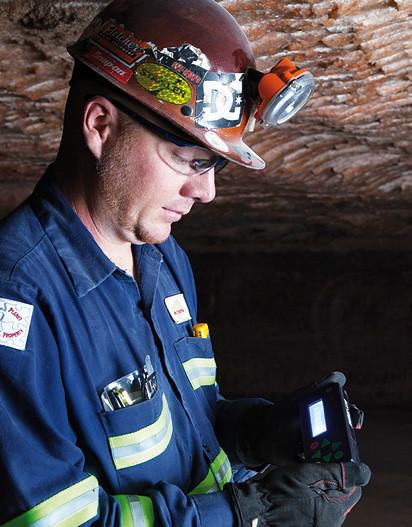 Работник шахты с датчиком системы позиционирования
