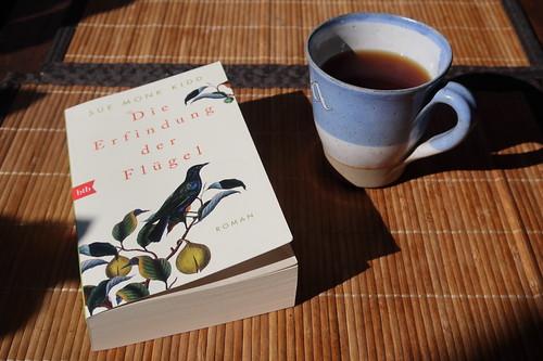 Mit Ysop und Honig gewürzter Schwarzer Tee zur Lektüre von