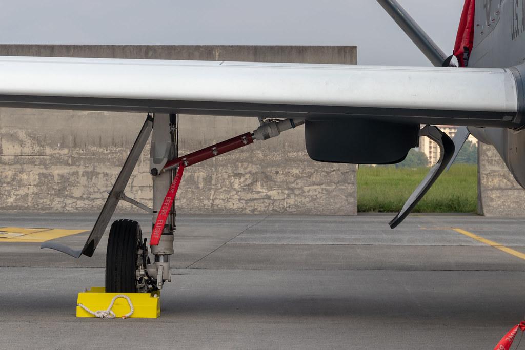 RQ-4 landing gear