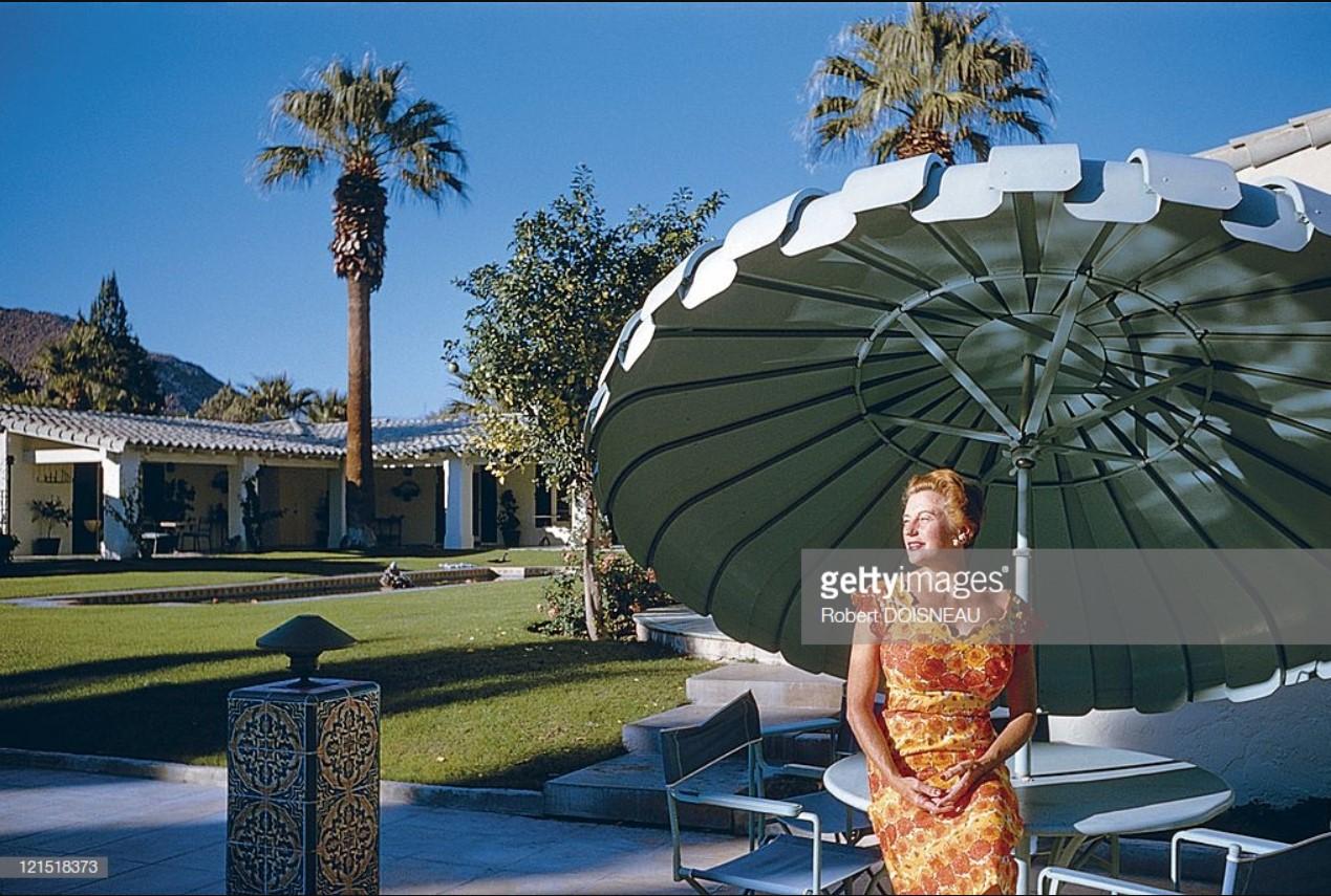 1960. Палм-Спрингс. Женщина принимает солнечные ванны