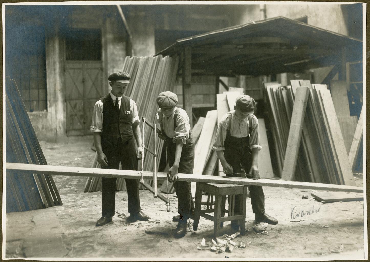 Урок плотницкого дела в еврейской школе в Кракове, Польша