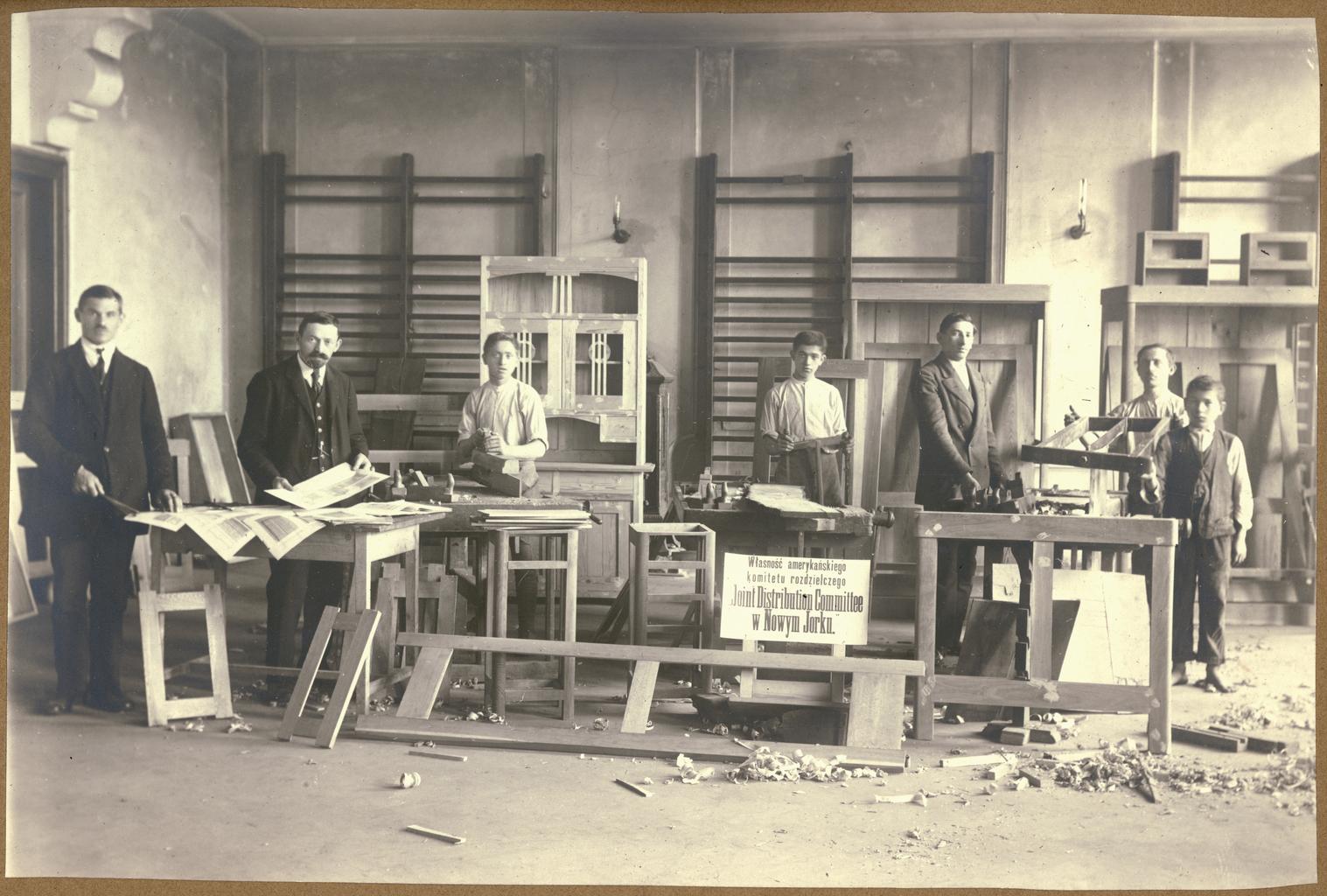 Студенты, изучающие плотницкое дело, в столярной мастерской в Ярославе, Польша