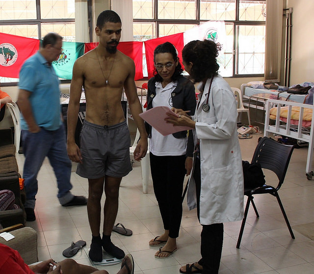 Leonardo Soares, one of the hunger strikers, during medical examination; health deteriorates as activists remain fasting - Créditos: Michelle Calazans/CIMI Press Office