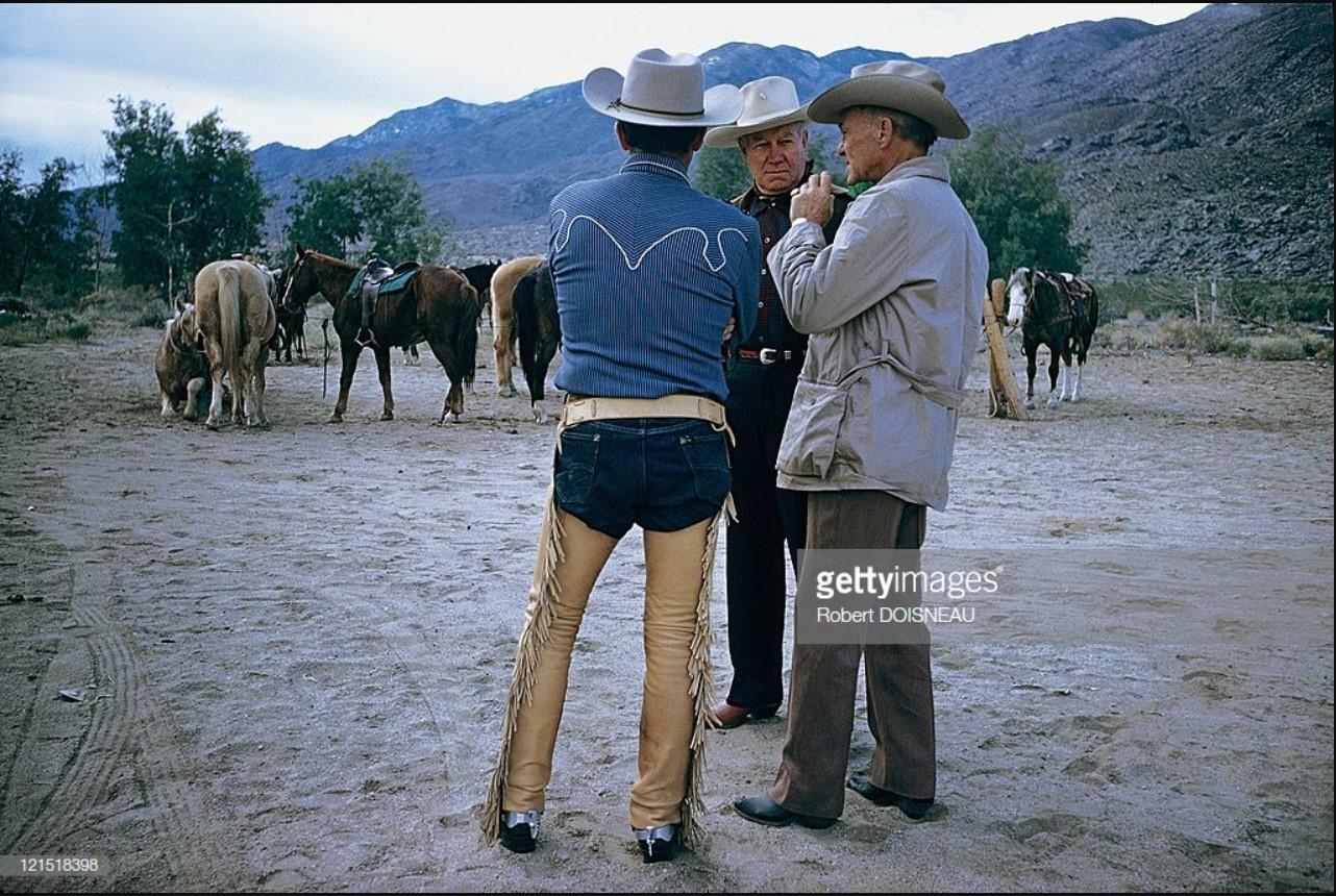 1960. Палм-Спрингс. Мужчины беседуют