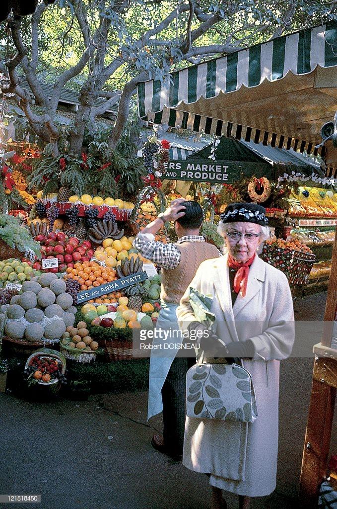 1960. Палм-Спрингс. Пожилая женщина на рынке