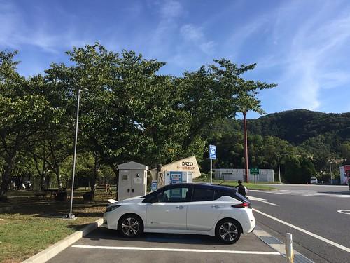 中国自動車道 加西SA(上り)で急速充電中の日産リーフ(40kWh)
