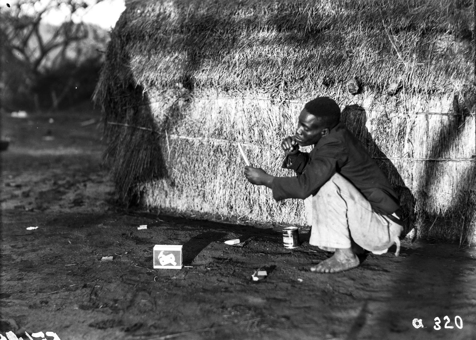 Южно-Африканский Союз. Квазулу-Наталь. Местный житель бреется возле палатки