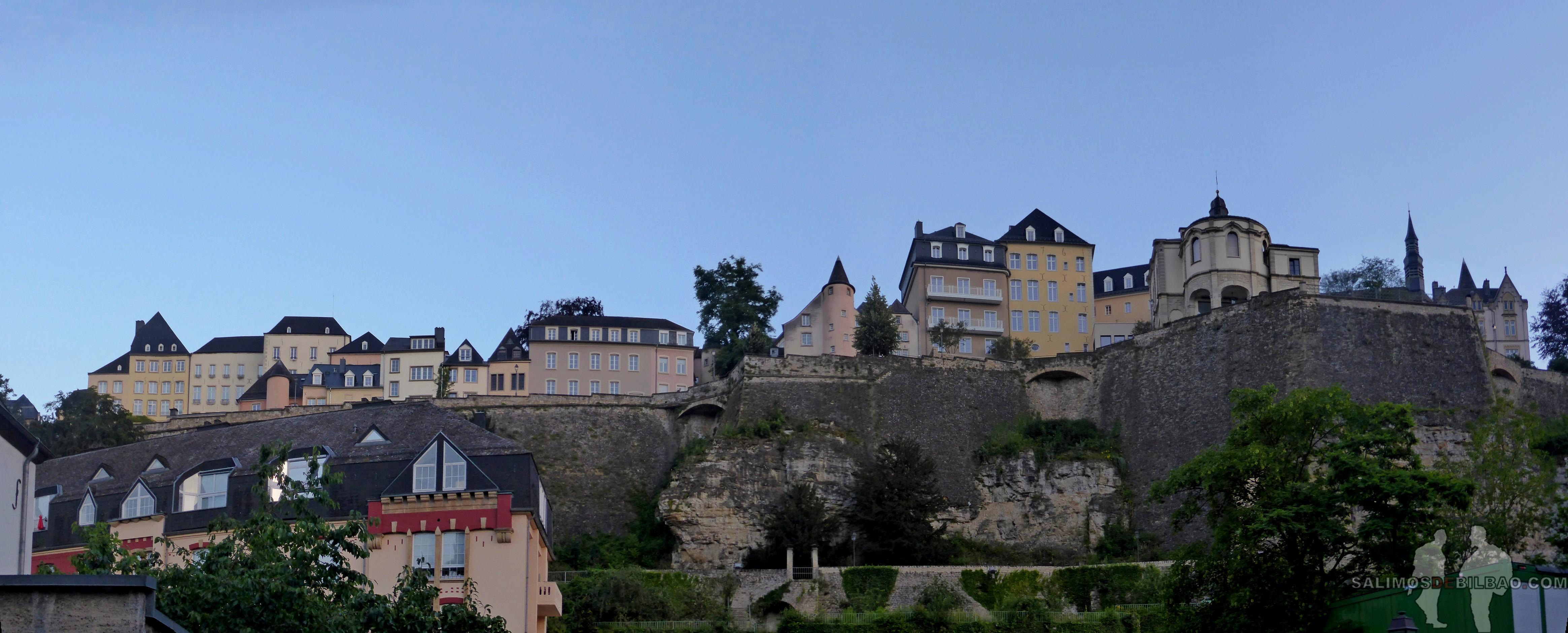 032. Pano, Muralla y Barrio Alto desde el Barrio Bajo, Luxemburgo