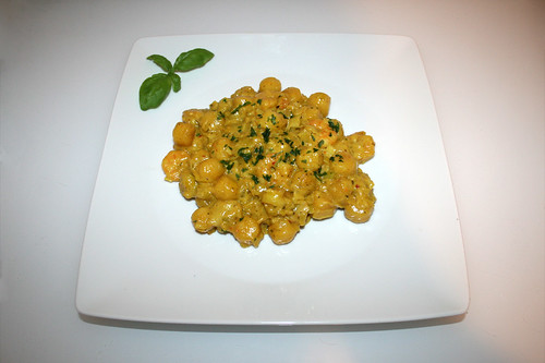33 - Gnocchi leek skillet with curry shrimps - Served / Gnocchi-Lauch-Pfanne mit Curry-Garnelen - Serviert