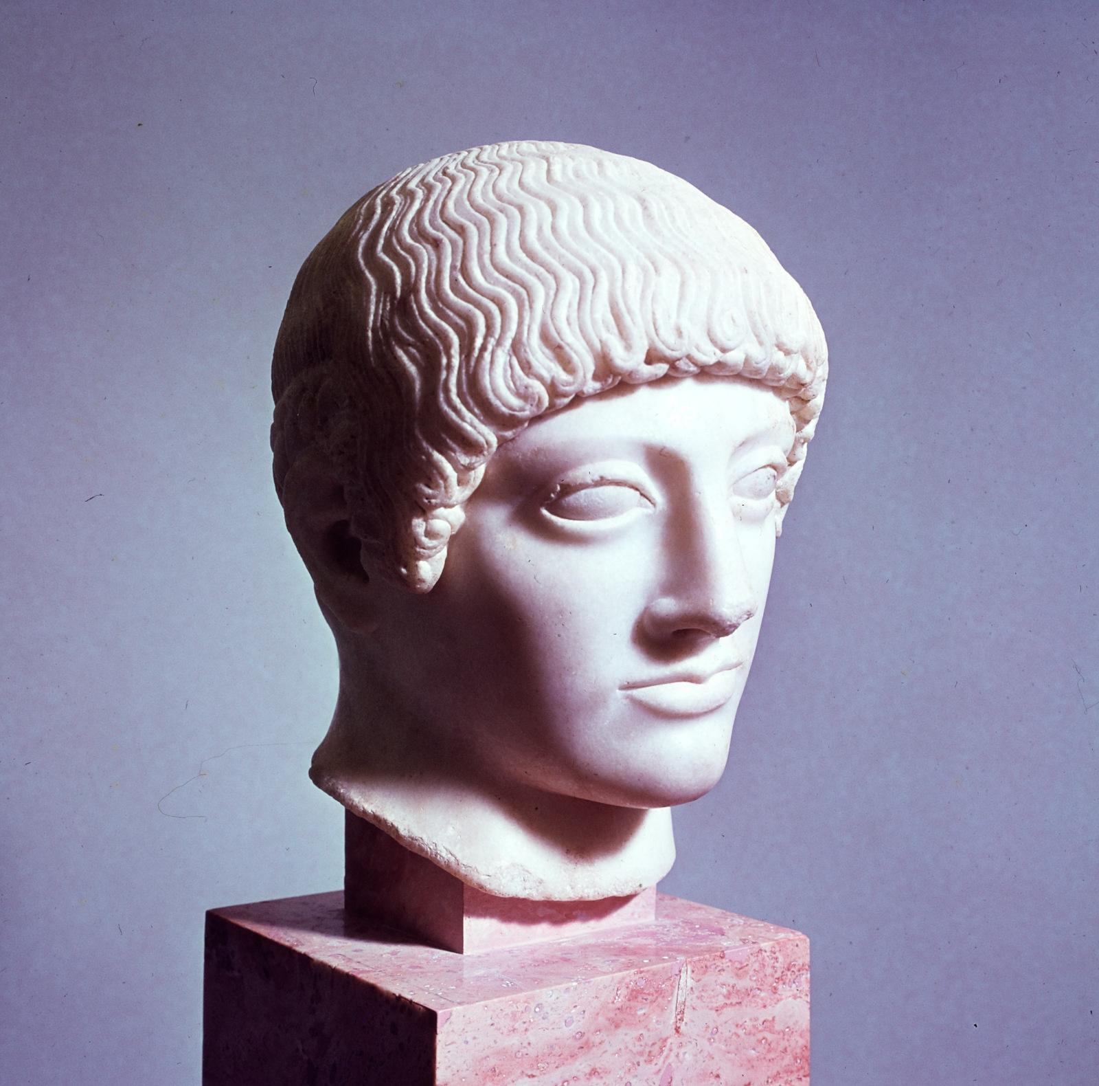 Афины. Музей Акрополя. Курос с желтыми волосами