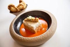 Pastel de salmón y brandada de bacalao con pil-pil de pimientos