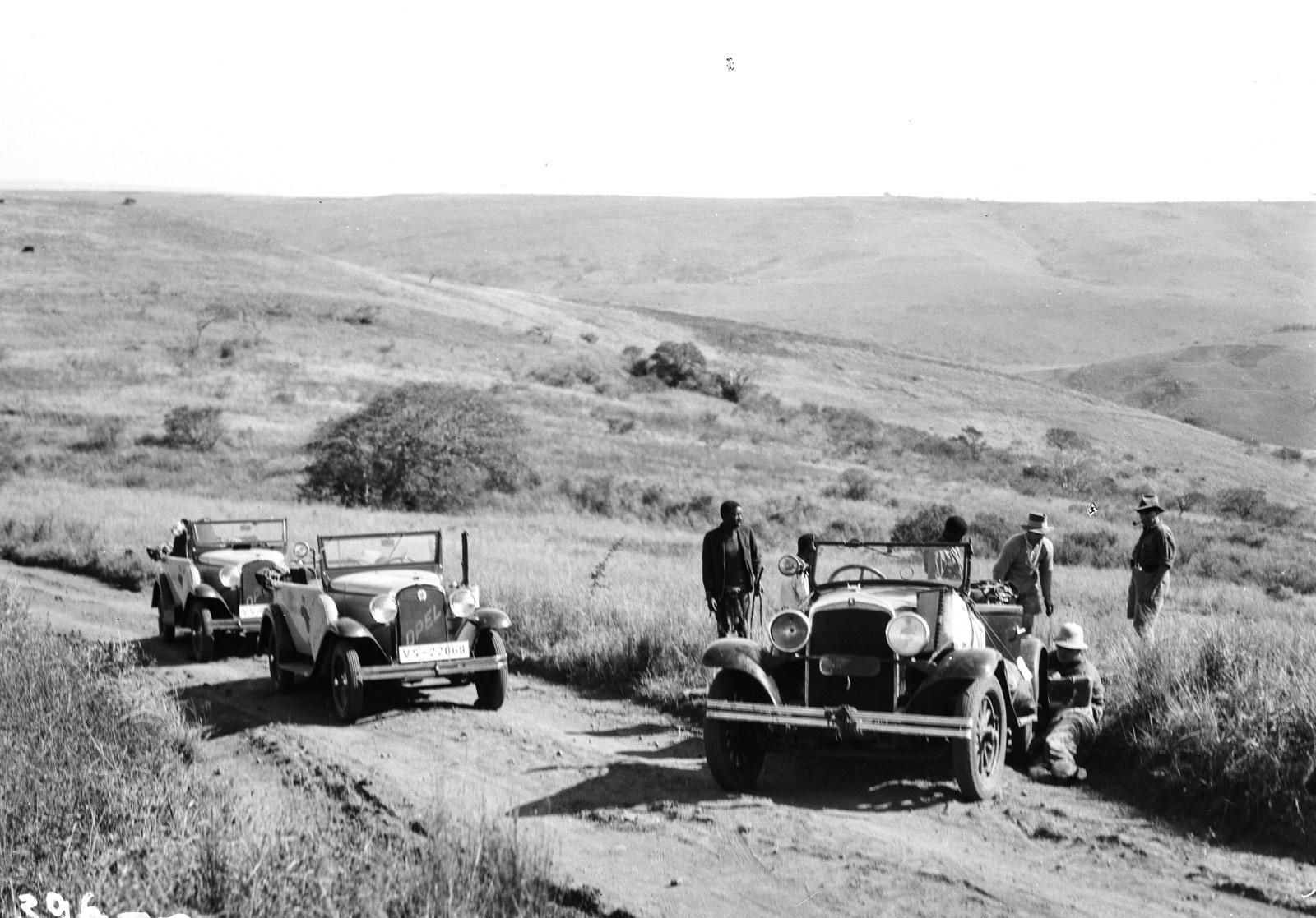 Квазулу-Наталь. Умфолози. Участники экспедиции рядом с их транспортными средствами во время остановки в сельской местности