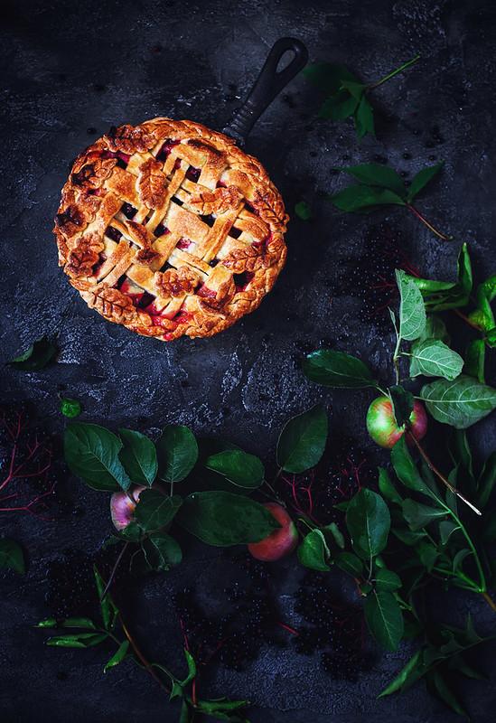 Pie with apples and black elderberries копия.1