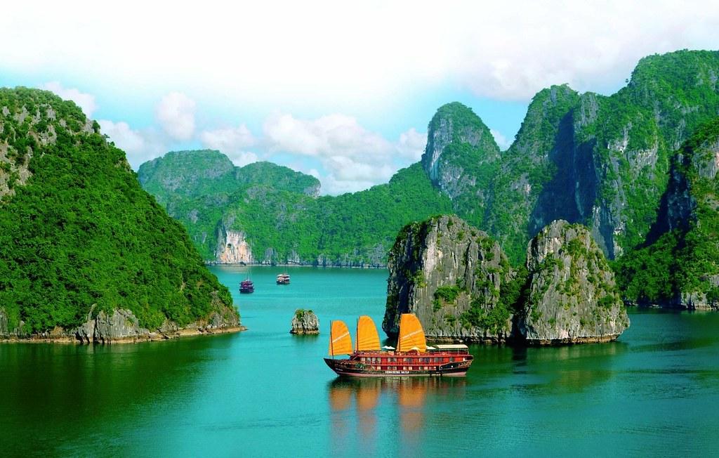 Enjoy the awesome Vietnam kayaking halong bay