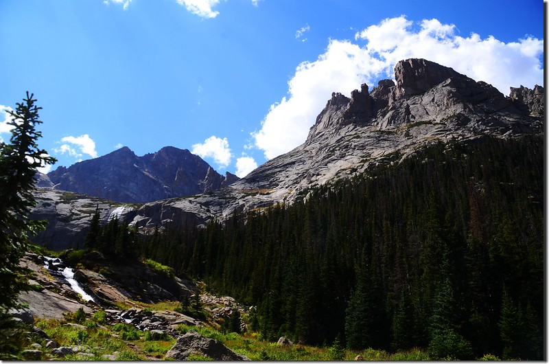 Looking southwest at Arrowhead、Mchenrys Peak from the trail below Black Lake