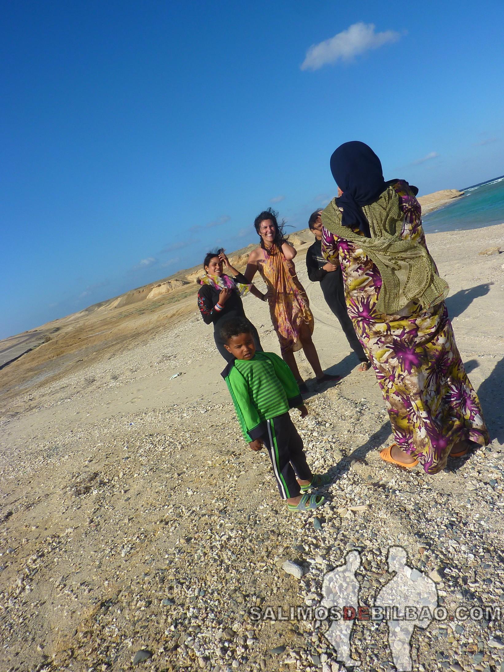 1095. Saioa y chicas, Playa 7 kilo, Marsa Alam